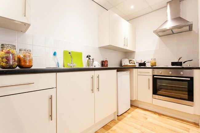 Private room to rent, your own en-suite bathroom, shared kitchen, communal space - Available NOW