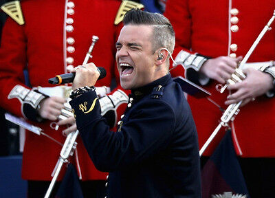 Robbie Williams UNSIGNED photo - H4128 - English singer, songwriter and actor