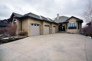 Walk Out Bungalow in St Albert with Wildlife & Sturgeon River