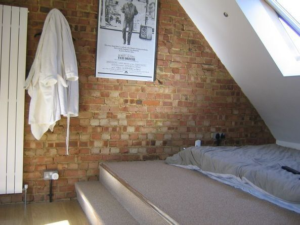 Spacious, modern 2 bed flat.... popular location!