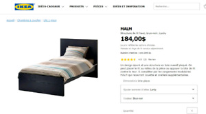 Lit simple, matelas et table de chevet