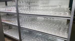 Vaisselles et verres de restaurant usagé