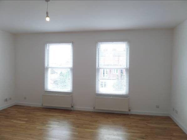 2 bedroom flat to rent in Alfriston Road