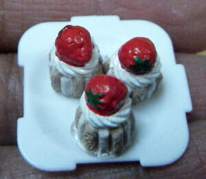 DOLLS-HOUSE-MINIATURE-FOOD-GATEAUX-3-x-SMALL-STRAWBERRY-CAKES-PLATE-1-12-SCALE