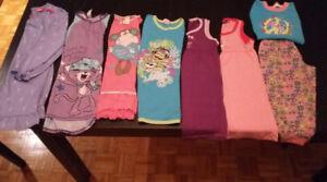 Lots de vêtements de fille gr. 5-6 ans/6 ans(pyj.,robe,short...)