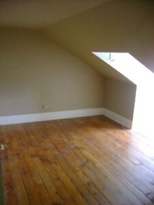 STUDENTS / GRAD AVAILABLE MAY DOWNTOWN LOFT ROOM ALL INCLUSIVE