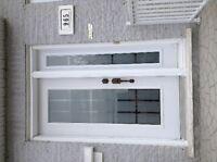 Porte acier blanche avec vitre et panneau côté droit avec vitre