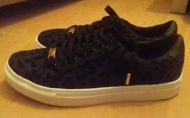 Rock and Rags Animal Flock Trainers size 6