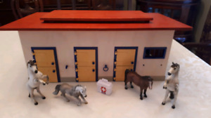 SCHLEICH horse stable / barn with 4 Schleich horses included