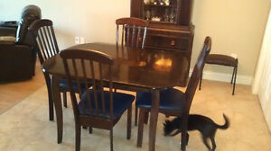 table set with 4 chairs exellent condition
