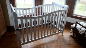Baby white crib with metal insert for the mattress