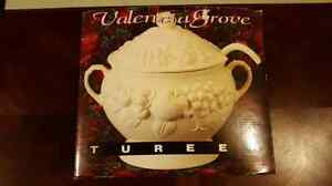 Valencia Grove Tureen (3 Quarts)