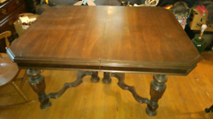 Antique Pineapple legged dinningroom table
