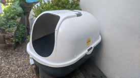 Free covered Cat litter tray white and grey