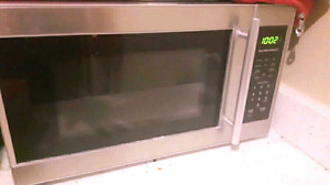 STAINLESS STEEL AND BLACK MICROWAVE APT SIZE
