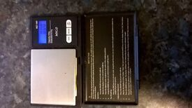 Battery powered (2 x AAA) Gold weighing scales