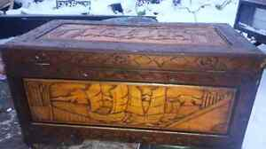 Coffre de bois sculpté