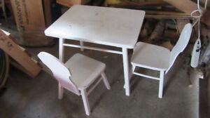 table, chaises, coffre à jouets, patère en bois pour enfant