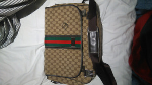 SELLING GUCCI MESSENGER BAG WITH A BROKEN CLIP