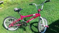 Très beau vélo pour fille BMX en rose et blanc rarement utilisé.
