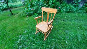 Chaise bercante pour enfant en bois