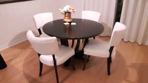 Kitchen table wih 4 leather chairs