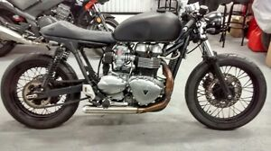 English also SUPER TRIUMPH CAFE RACER par PURE BREED. bonneville