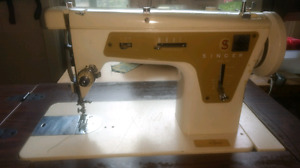 Singer in table sewing machine