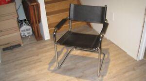 Chaises en cuir et structure en chrome