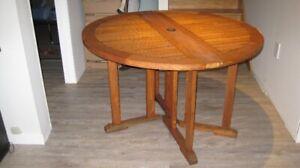 Table et chaises de patio en teck de chez Avency