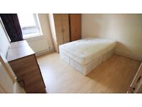 Double room with own shower and toilet available to couples 190pw. Stockwell, London.