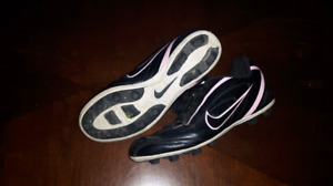 Nike used soccer cleats size 3