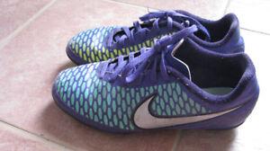 Nike girls' Youth soccer shoes