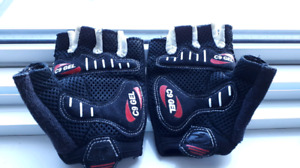 pair of gloves for cycling ( size small)