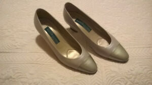NATAURALIZER SHOES 2-TO 2-1/2 INCH HEELS~ Size8~ Silver~Grey