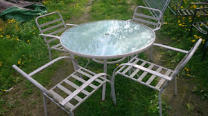 Beautiful Round Patio Table & 4 Chairs