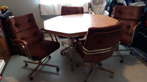 Retro table n 4 roller chairs