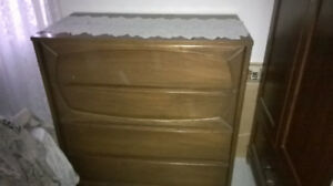 Commode brune bois, 33 haut X 34 large X 18 po large.