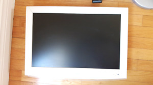 SAMSUNG LCD TV AND WALL MOUNT