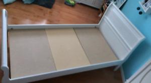 Lit simple en bois blanc