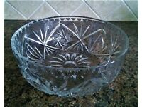 Large heavy 1.5kg lead crystal cut glass bowl in excellent condition.