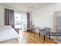 2 bedroom flat in West Kensington Court, London, W14 (2 bed)