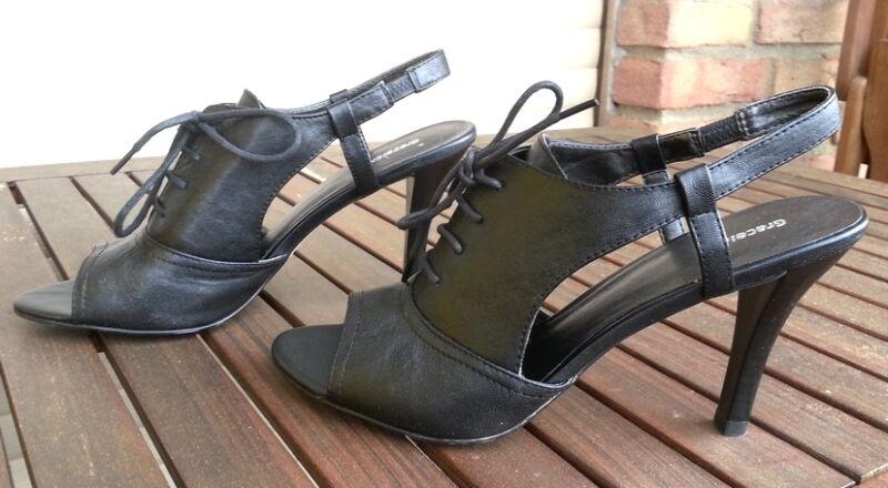 schicke schwarze sandalen mit hohem absatz und mit. Black Bedroom Furniture Sets. Home Design Ideas