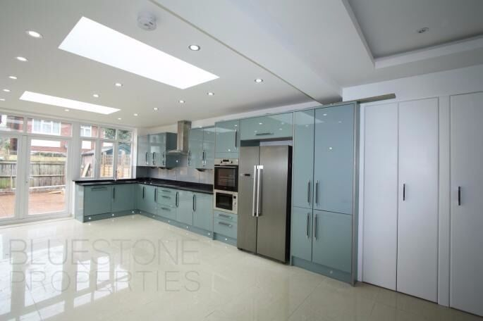 STUDENTS ACCEPTED-AMAZING 4 Bedrooms 2 Bathrooms House- Recent Refurbished-5 mins walk to tube