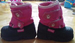 2 paire de botte d'hiver pour bébé grandeur 5 et 7 en bonne état