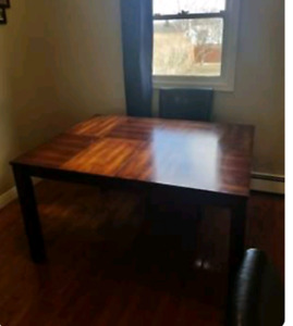 Beautiful gently used table with leaf.