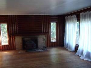 Comfortable, quiet room in very peaceful character home