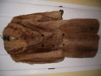 manteau de fourrure de raton-laveur teint roux