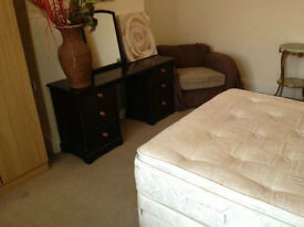 Bed room available, double ALL BILLS INCLUDED.Good public transport to city/Uni Gas/C/Heating