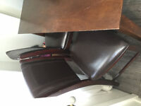 table brune avec 4 chaises en cuir / brown table & 4 leather